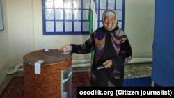 Женщина бросает свой бюллетень в избирательную урну. Ургенч, Узбекистан.