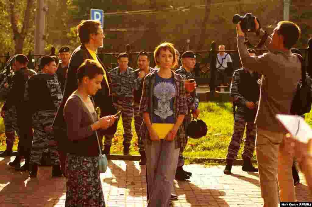 Голубая футболка и желтая книга - еще один способ обойти запрет на шествие под украинскими флагами