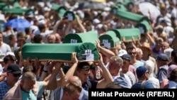 Похоны идентифицированных жертв расправы в Сребренице, 11 июля 2017 года