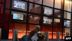 Үйі жоқ тіленші Обама мен Ромнидің пікірсайысын көріп отыр. АҚШ, Калифорния штаты, Голливуд, 3 қазан 2012 жыл.