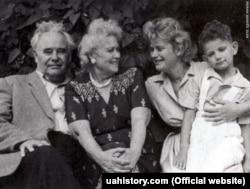 Алла Горська з батьками та сином Олексієм в Одесі. 1960 рік