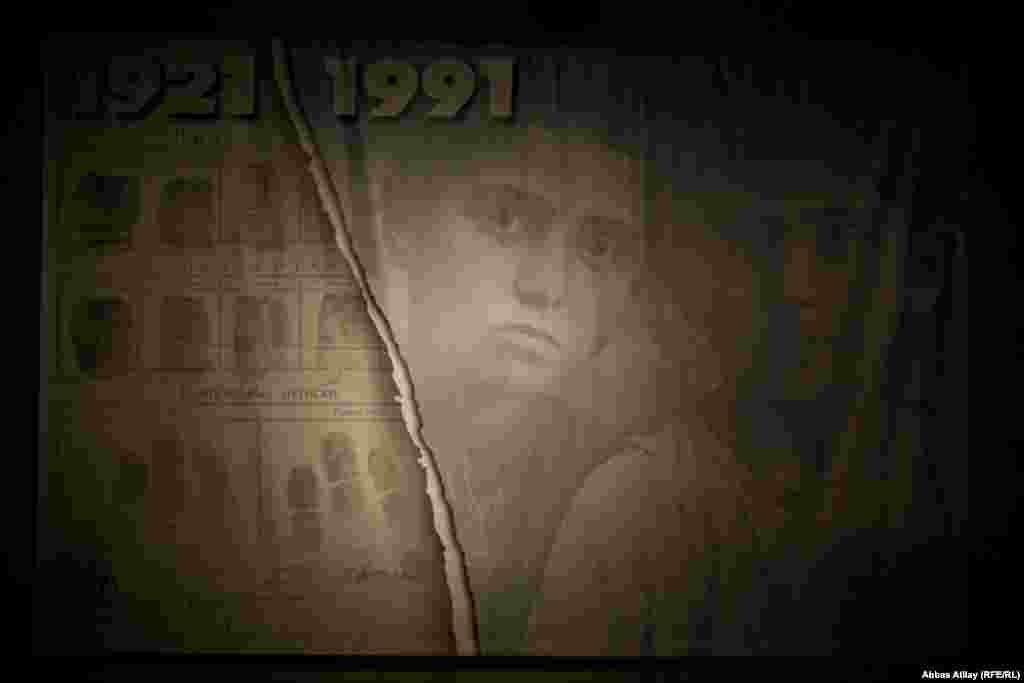 """Gürcüstanın paytaxtındakıtarix muzeyində """"Sovet işğalı: 1921-1991"""" sərgisi açılıb. Sərgidə 1921-ci ildə Gürcüstanın """"Qızıl ordu"""" tərəfindən işğalından başlayaraq xronoloji ardıcıllıqla baş verən hadisələr fotolar və digər eksponatlarla təsvir olunub."""
