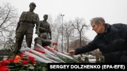 Біля пам'ятника українським «афганцям» у Києві, фото 15 лютого 2018 року