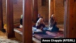 Женщины в мечети в Туркестане. Иллюстративное фото.
