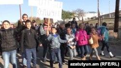 Armenia - Schoolchildren hold a demonstration in Aghkhtsk village, 7Nov2016.