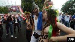 Активистки движение FEMEN проводят акцию против проституции в Варшаве. 8 июня 2012 г