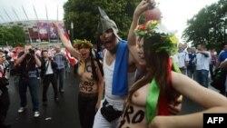 FEMEN перед Національним стадіоном у Варшаві 8 червня 2012 року