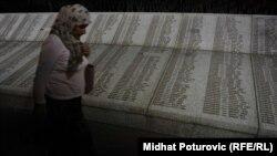 Imena ubijenih srebreničkih muškaraca i dječaka ispisana na ploči u Memorijalnom centru Potočari kod Srebrenice, fotoarhiv