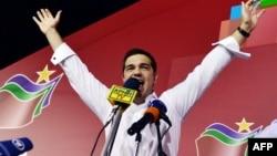 """Syriza"" partiýasynyň lideri öňki premýer-ministr Aleksis Tsipras partiýanyň saýlawlardaky ýeňişini dabaralaýar, Afinler, 20-nji sentýabr, 2015."
