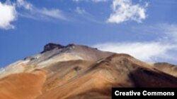 "Боливия. Высокогорное плато. Фото <a href = ""http://en.wikipedia.org/wiki/Image:Colors_of_Altiplano_Boliviano_4340m_Bolivia_Luca_Galuzzi_2006.jpg"" target=_blank> Photo Luca_Galuzzi. Wikipededia. Creative Commons. 2006</a>."