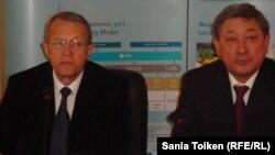 Пьер Дельпон, НКОК компаниясының сыртқы қатынастар директоры (сол жақта) және Бақтықожа Ізмұхамбетов, Атырау облысының әкімі. Атырау, 20 наурыз 2013 жыл
