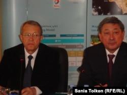 Директор компании NCOC по внешним связям Пьер Дельпон и аким Атырауской области Бактыкожа Измухамбетов. Атырау, 20 марта 2013 года.