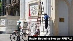 Чистење на Триумфалната капија по протестите