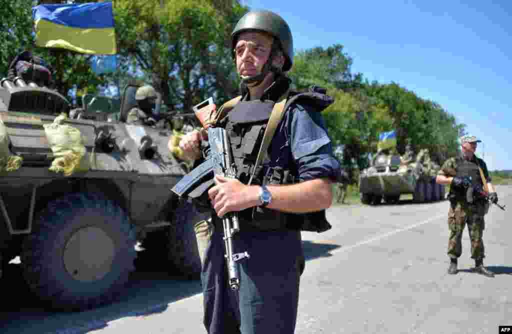 Колона українських військ рухається на північ Донецької області для участі в АТО, 3 липня 2014 року