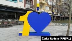 Святкова символіка на вулицях Приштини, столиці Косова