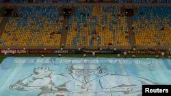 Маракана стадионының алаңына жайылған Рим папасы Францисктің бейнесі бар баннер. Рио-де-Жанейро, 21 шілде 2013 жыл.