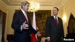Державний секретар США Джон Керрі (ліворуч) і з міністр закордонних справ Польщі Радослав Сікорський, Варшава, 5 листопада 2013 року