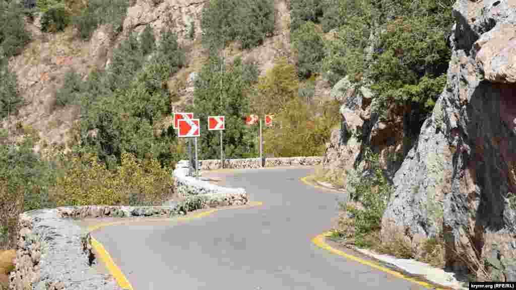 Гірська дорога вздовж Узунджинського каньйону