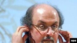 سلمان رشدی می گوید: از اين پشيمان است که چرا کتابی انتقادی در باره سئوالات اساسی مذهبی و فلسفی ننوشته است. (عکس:EPA)