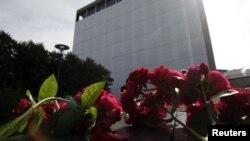 Cveće ispred zgrade Vlade koja je oštećena u napadu u Oslu, 22. jul 2012.