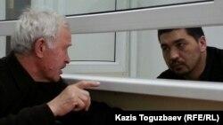 Блогер Ермек Тайчибеков (справа) и его адвокат Анатолий Окуньков до начала процесса. Село Кордай Жамбылской области, 4 ноября 2015 года.