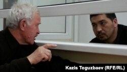 Блогер Ермек Тайшыбеков (оң жақта) пен адвокаты Анатолий Окуньков сот отырысы басталғанша сөйлесіп отыр. Жамбыл облысы Қордай кенті, 4 қараша 2015 жыл.