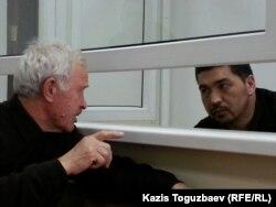 Подсудимый блогер Ермек Тайчибеков (справа) и его адвокат Анатолий Окуньков. Село Кордай Жамбылской области, 4 ноября 2015 года.