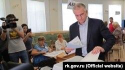 Российский глава Крыма Сергей Аксенов голосует на выборах в крымский парламент, сентябрь 2019 года