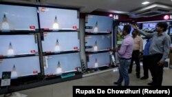 Луѓе гледаат преносно во живо од втората лунарна мисија во Индија, Чандрајан-2
