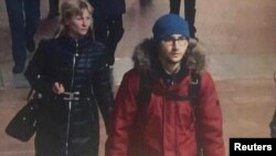 Cправа: Акбаржон Джалилов, подозреваемый в теракте, входит в станцию метро в Санкт-Петербурге. Кадр видеозаписи.