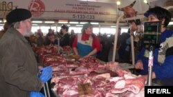 Әстерханда, Мәскәүдә, Казанда итне татарлар базарда да сата.