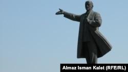 Памятник Ленину на центральной площади в Оше