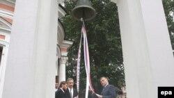 Посол США в России Уильям Бернс почтил память погибших и по православному обычаю