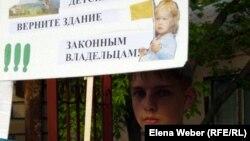"""Ученик школы каратэ участвует в митинге в защиту здания клуба """"Хиссацу"""". Темиртау, 28 мая 2012 года."""