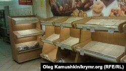 Полки с хлебом в симферопольском супермаркете «Фуршет».