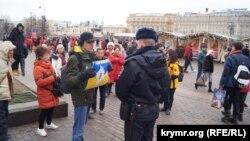 Активіст Костянтин Котов вийшов на Манежну площу Москви з плакатом «Крим – це Україна» (українською мовою)