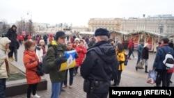 Константин Котов с плакатом «Крым – это Украина» в Москве, 17 марта 2019 года