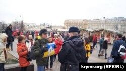 Константин Котов на акции в Москве с плакатом «Крым – это Украина», 17 марта 2019 года