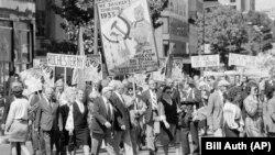 Вашингтон, 16 вересня 1984 року. Цього дня близько 7 тисяч осіб, більшість із яких українці, протестували біля будівлі посольства СРСР проти нищення української культури і русифікації України радянським режимом. Найбільший на фото транспарант вказує на Голодомор 1932–1933 років