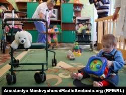 У «Берізці» намагаються навчити Колю ходити. Кажуть: він може, але не розуміє, як. Хмельницький, 21 жовтня 2011 року