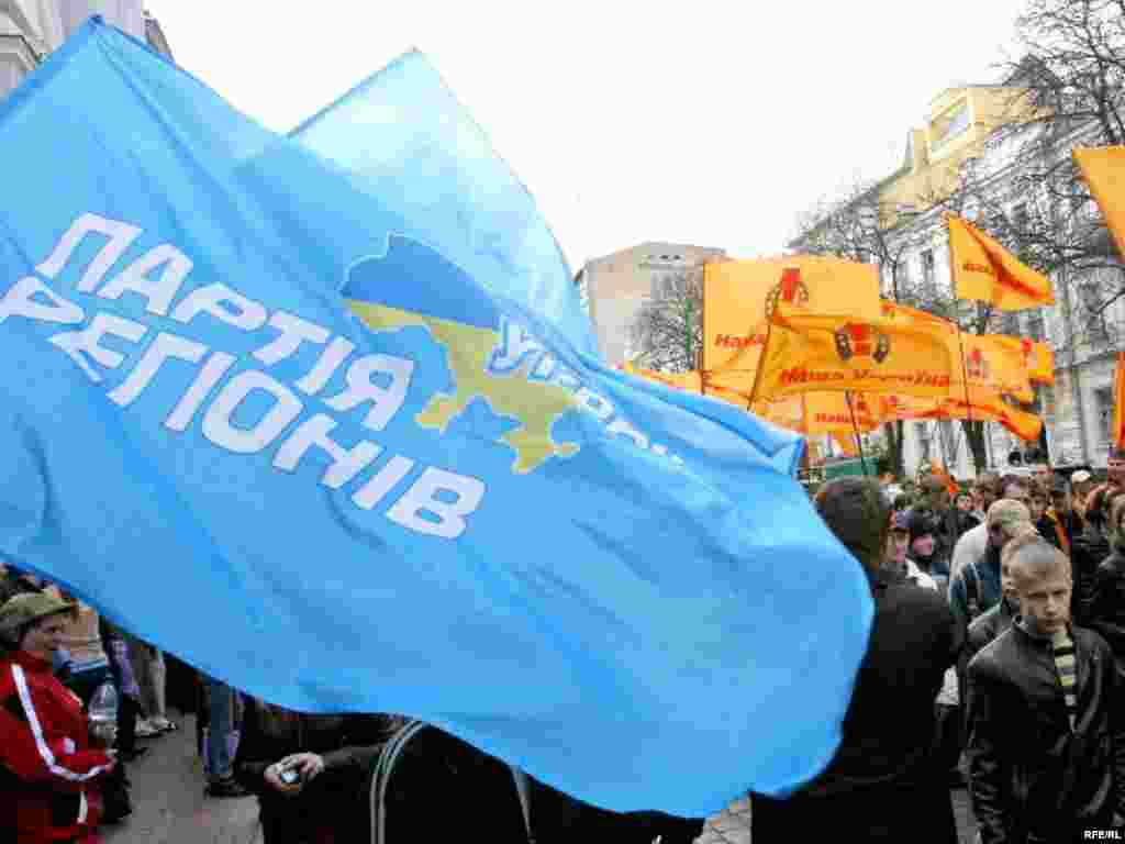 Orange Vs. Blue - During demonstrations on April 11, supporters of the ruling coalition (Blue, left) and the pro-presidential opposition (Orange, right) have a close encounter on Kyiv's Volodymyrskyy street. (photo: RFE/RL)