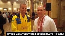 Найтитулованіший український учасник змагань Павло Будаєвський (ліворуч) та лідер Конгресу українців Канади Павло Грод, Торонто, 30 вересня 2017 року