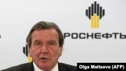 Ґергард Шредер спілкується зі ЗМІ після того, як він став головою ради директорів «Роснефти», Санкт-Петербург, Росія, 2017 рік