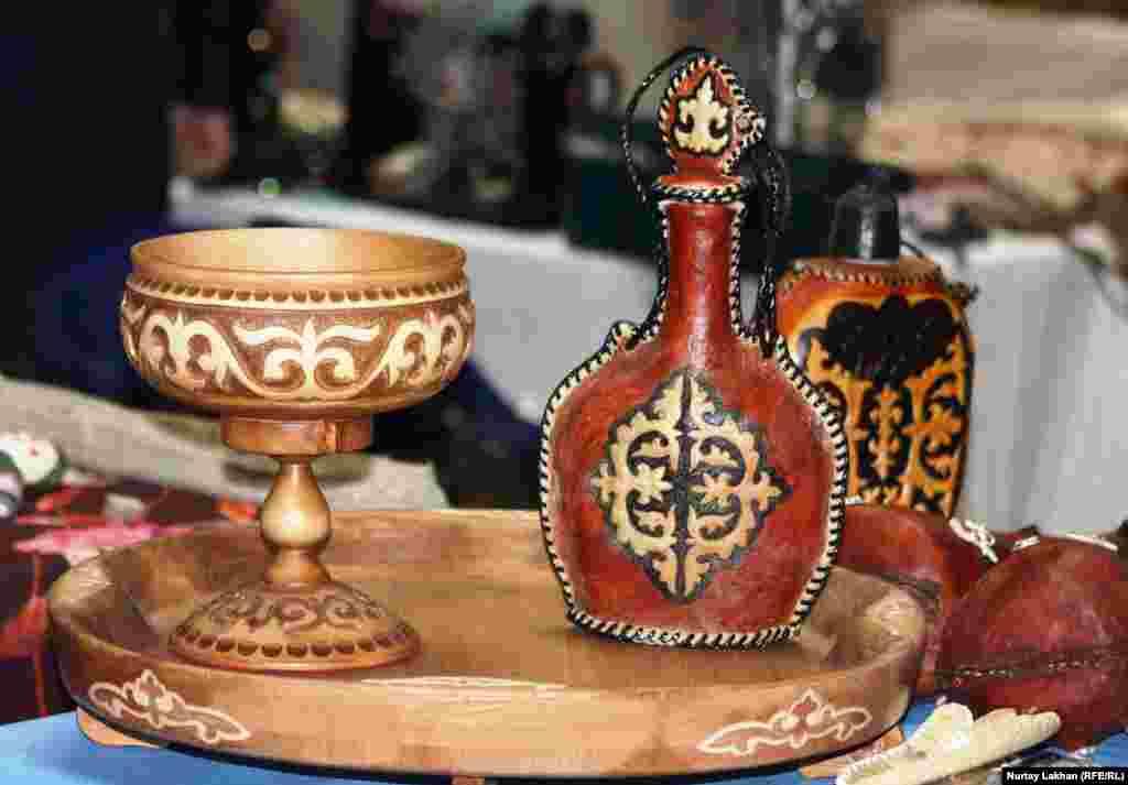 Алматинский мастер Еркин Дузкенов представил деревянную утварь и изделия из кожи.