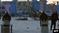 Полиция күші Жаңаөзеннің орталық алаңында тұр. 18 желтоқсан 2011 ж.