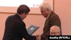 Роберт Миңнуллин юбилярга рәхмәт хаты тапшырды