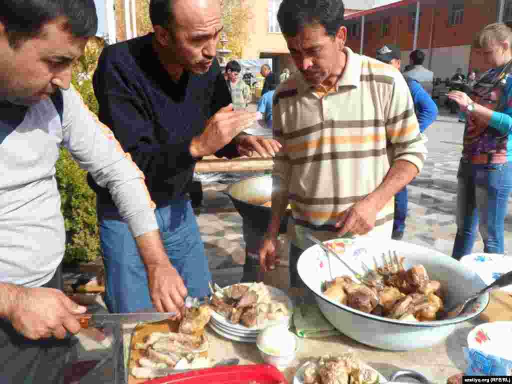 Повары режут мясо для плова. Шымкент, 25 октября 2014 года.