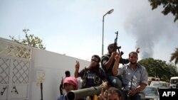 Адаватчылар Триполидеги Баб-ал-Азизия резиденциясынын жанында, 25-август.