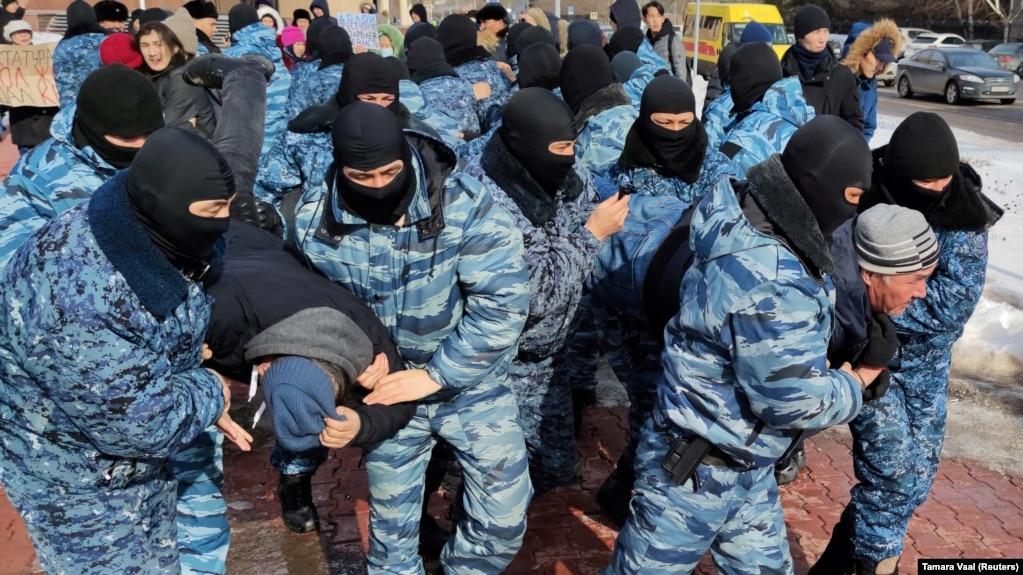 Полицейские задерживают участников протеста. Нур-Султан, 1 марта 2020 года.