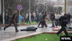 Протестующие в Бишкеке (Кыргызстан), 7 апреля 2010 года